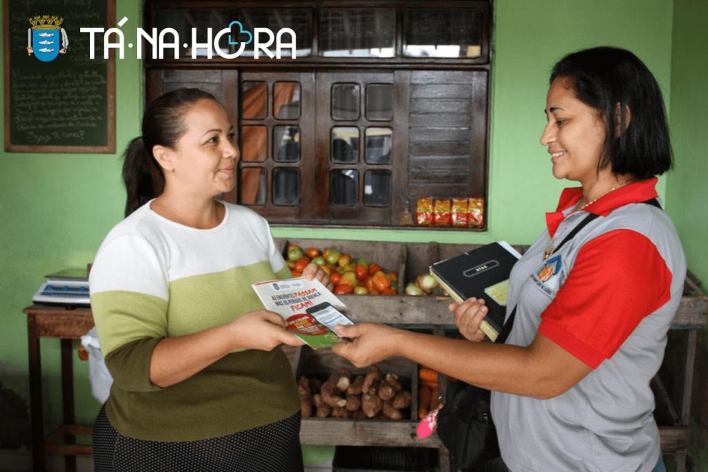 Agente de saúde em Marechal Deodoro fazendo campanha de saúde