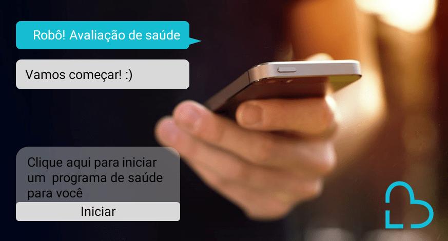 Uma pessoa está segurando um celular e ao lado há conversa por mensagem de texto em azul com um chatbot da área da saúde.