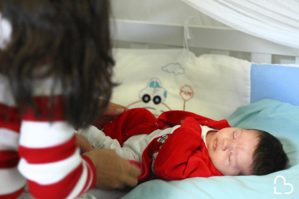 Mãe e bebê que receberam o programa SMS Bebê da TNH Health.